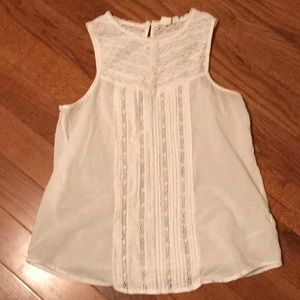 Beautiful white sleeveless GAP top